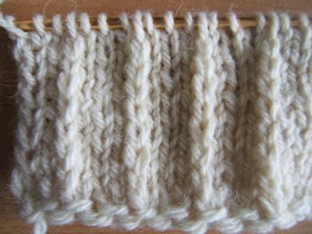 3d26b0c0c Ponúkam vám návod na pletenie plastického vzoru vhodného na pánsky pulover.  Napriek svojej mohutnosti, pásmi postavu opticky zoštíhľuje.