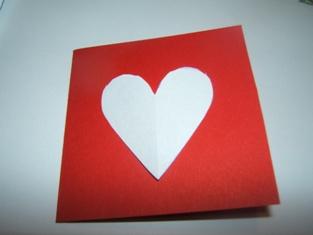 598effb06 ohýňame tvrdý papier lepíme srdce. Môžeme srdiečko len tak nalepiť na  vrchnú časť kartičky.